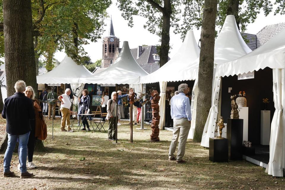 De witte paviljoens staan weer als vanouds op de Larense Brink.