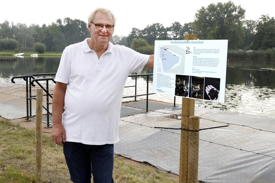 Voorzitter van de zwemvereniging Chris Portengen bij de nieuwe fosfaatinstallatie. Het systeem moet de doodsteek worden voor de blauwalgen bij Zwemlust in Nieuwersluis.