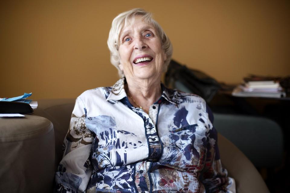 De 92-jarige Nelly Singerling uit Wijk aan Zee gaat op 29 augustus parachutespringen voor het goede doel. Ze zamelt geld in voor de training van hulphonden voor veteranen met post traumatische stress stoornis.