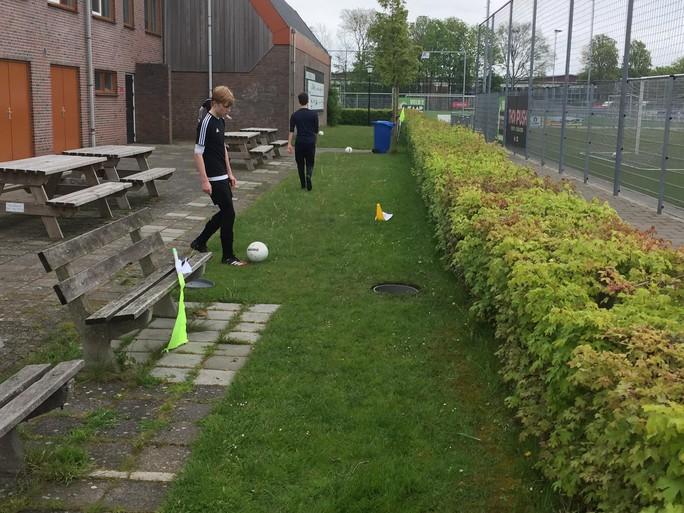 De ballen stuiteren weer bij voetbalclub Always Forward, maar voetballen mogen de jongens van 'onder-17' nog niet [video]