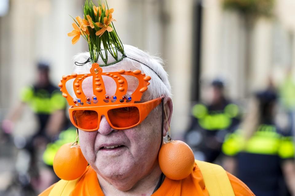 Een Oranjefan in Den Haag vanwege Prinsjesdag.