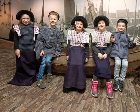 Schoolklassen fröbelen met kraplap-prints: Museum Spakenburg wil uitbreiden voor educatieve activiteiten