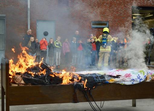 Wijze les voor scholieren op brandweerkazerne in Hem: Het mobieltje gaat niet meer mee naar bed [video]