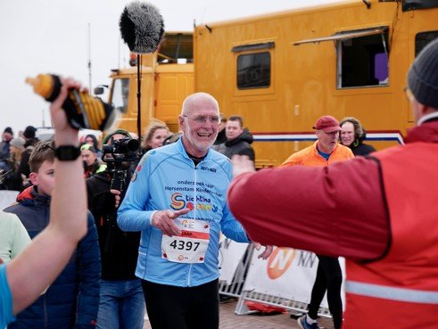 Jaap Wit (70) ís de halve marathon van Egmond [video]