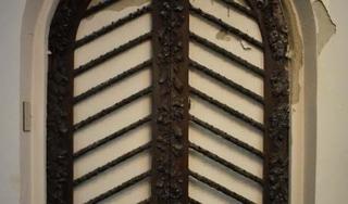 Om van onderhoud af te zijn werden de kapellen van de Grote Kerk in Beverwijk dichtgemetseld