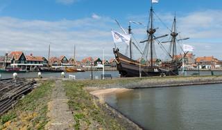 Replica VOC-schip De Halve Maen keert terug in de haven van Volendam; rondleidingen starten op 17 augustus