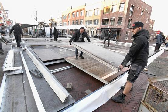 De ijsbaan op de Beatrixstraat in Den Helder wordt dit jaar moderner, de opbouw is in volle gang