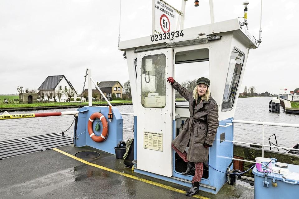 Pontbaas Vera Aikens, die sinds begin dit jaar de pont runt. Dat zou ze graag nog een tijd willen doen.