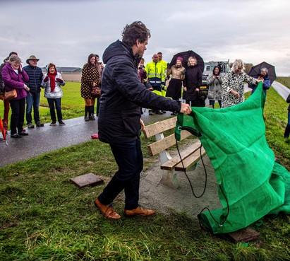 Een prachtig nieuw 'mijmerbankje van Joost' aan de kop van de Westfriese Omringdijk