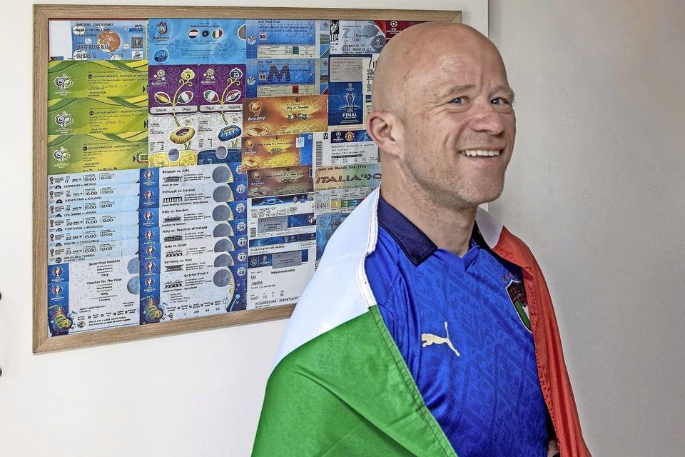 Gino D'Onorio in het shirt van 'zijn' Italië en met de vlag om de schouders gedrapeerd voor de lijst met tickets voor bijzondere duels die hij bezocht.