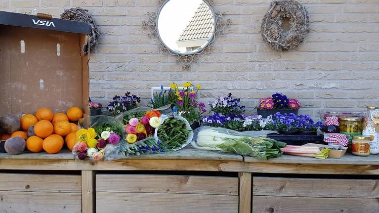 Steeds meer inwoners van West-Friesland struinen verkoopstalletjes langs de weg af: 'Gewoon heel leuk om te doen'