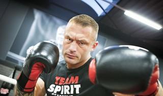 Brian Douwes heeft geen last van ringroest en slaat zijn tegenstander knock-out. Beverwijker hoopt eind van het jaar in actie te komen op gala in Beverwijk [video]