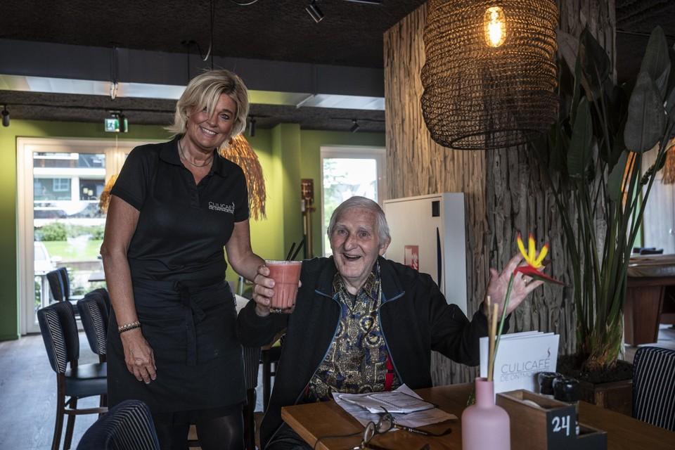 Marian serveert Mathieu een smoothie.