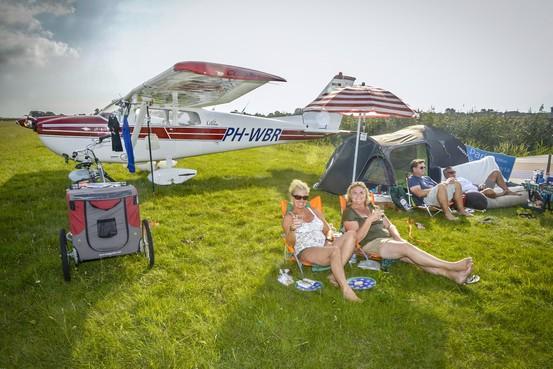 Kamperen naast je vliegtuig tijdens Fly-in op Texel International Airport