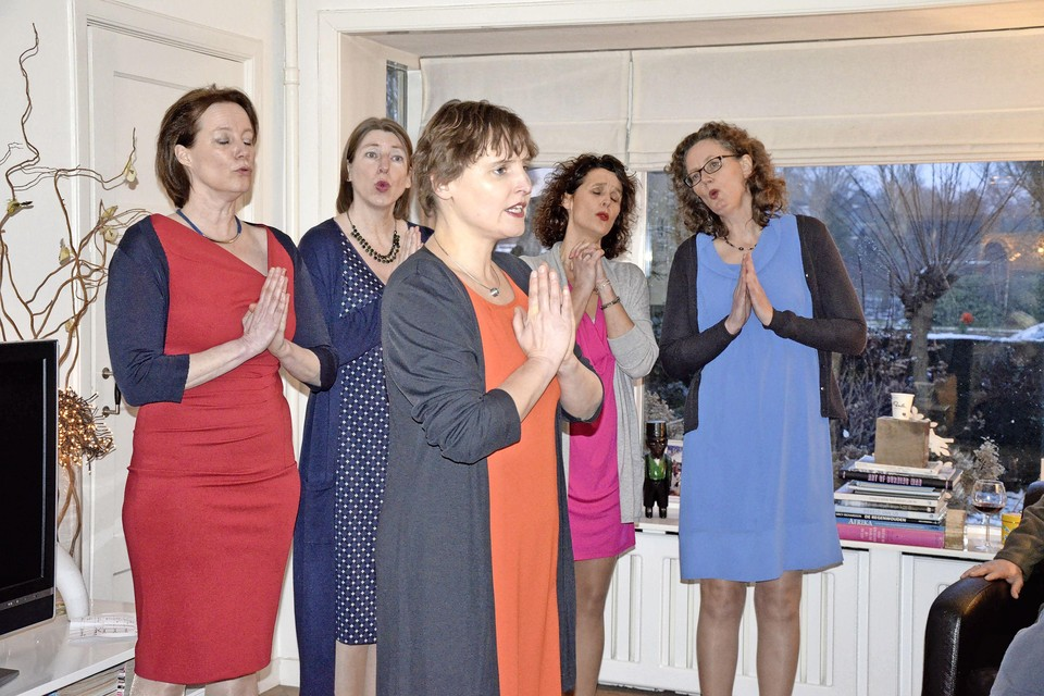 Quintessa geeft een optreden in een woonkamer in Naarden.