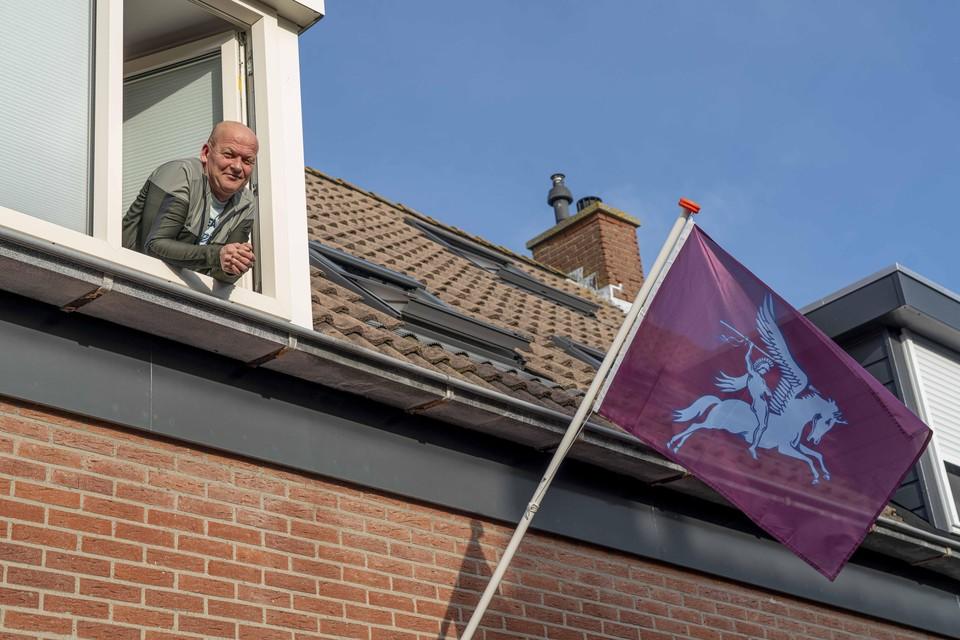 Rob Sterk bij de opvallende vlag.