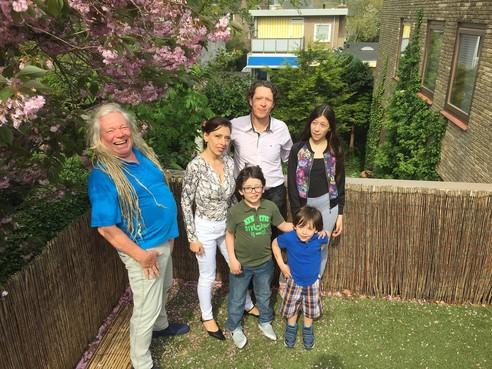 Onderweg: Michael Brann (71) woont met kinderen en kleinkinderen in een 'Familiehuis' in Bergen, toch mist hij zijn overleden vrouw Reineke nog steeds