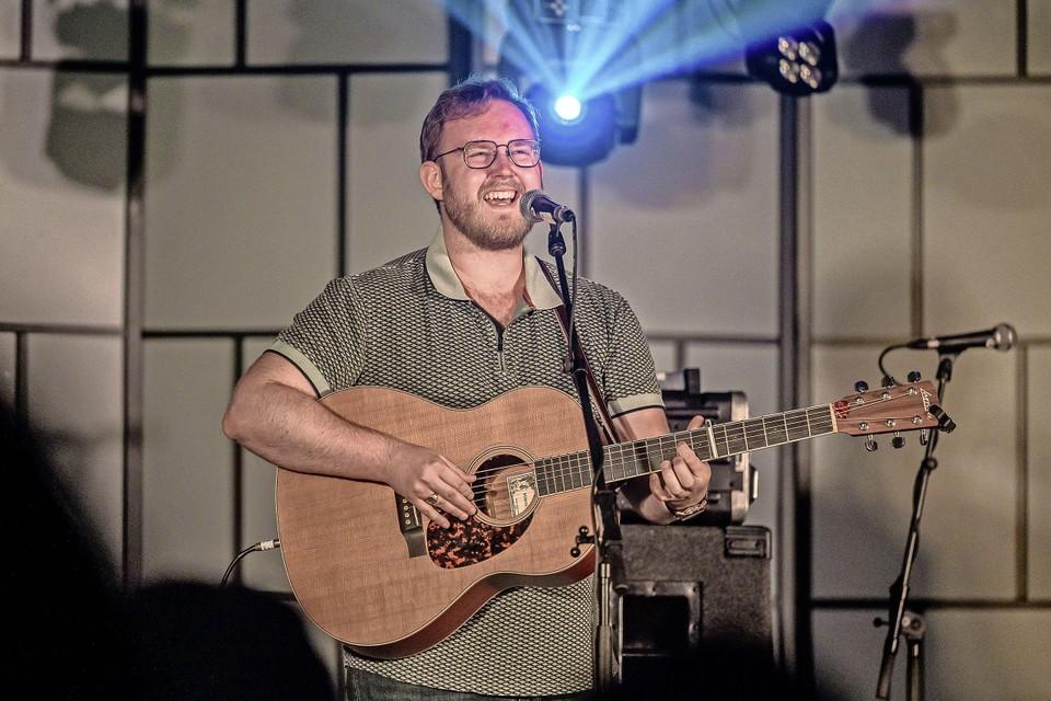 De Volendamse singer-songwriter Roy de Smet is een van de vijf finalisten.