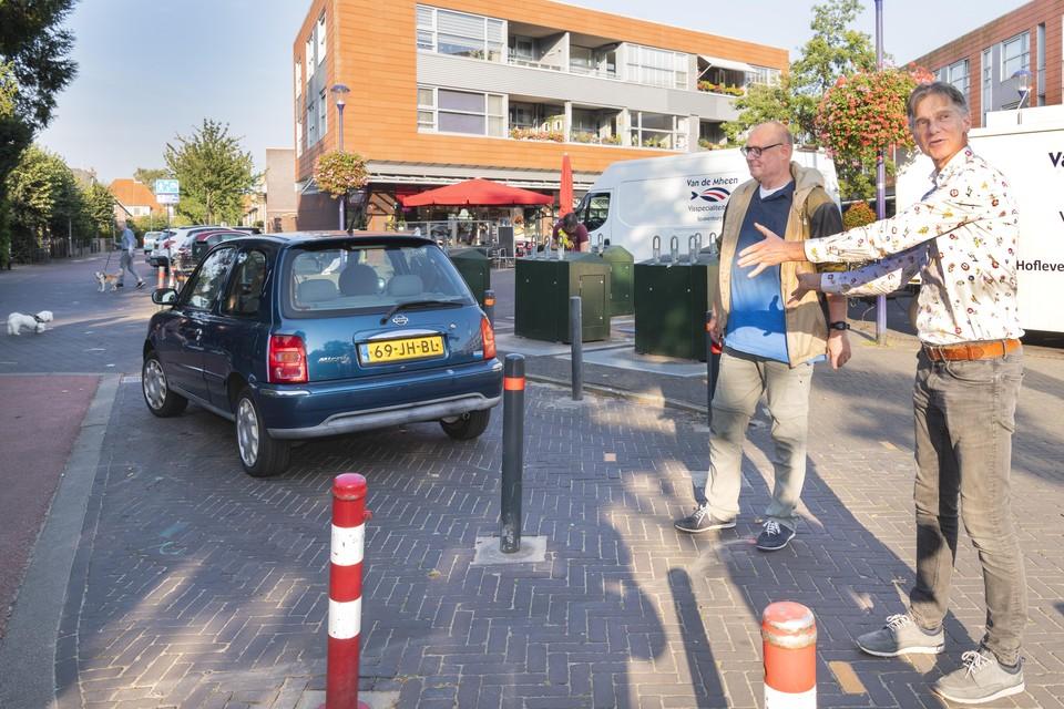 Geert Jan Rijpstra (rechts) legt uit wat er in de Radiostraat aangepast is. Raymond de Graaf kijkt toe.