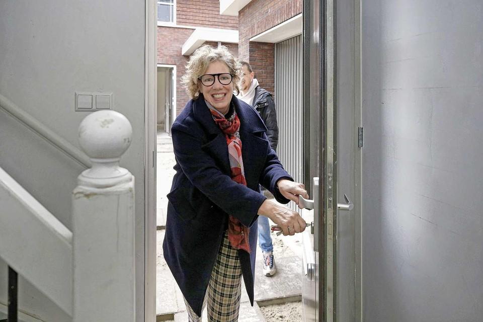 Desiree Wallaart opent de deur van haar nieuwe woning in Wieringerwaard.