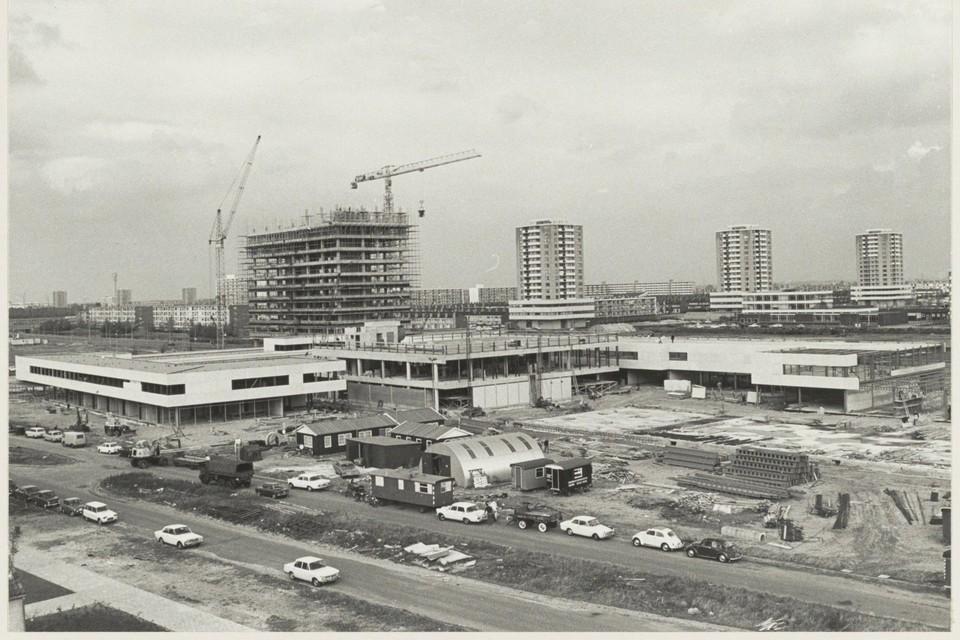 1968: Het winkelcentrum is in aanbouw. Op de voorgrond is de Europaweg te zien, het VNU-gebouw schiet al aardig de lucht in.