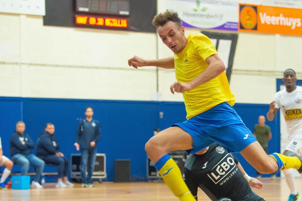 David Albert omspeelt doelman Alvaro Fernandez Garcia van Lebo, maar komt niet tot scoren.