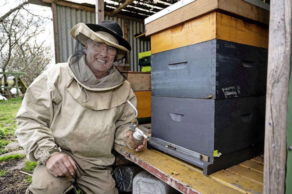 Imker Peter Oosterhuis heeft bijenkasten in het Guisveld langs het Frans Marspad.