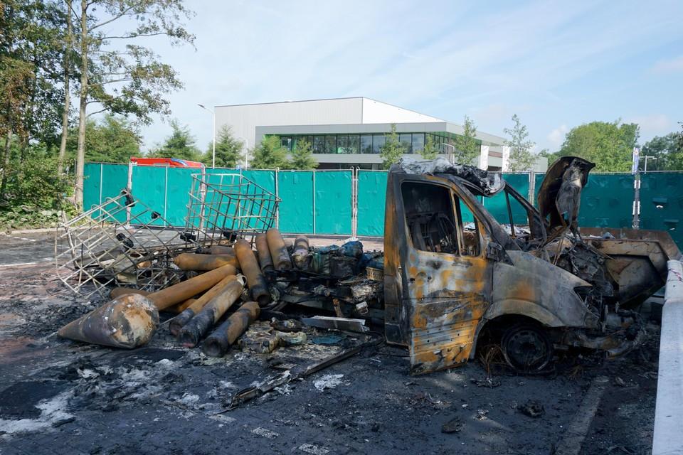 Uitgebrande vrachtwagen in Koog aan de Zaan met gasflessen.