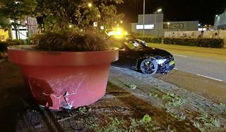 Automobilist in Alkmaar ramt gigantische bloembak en verliest rijbewijs door gevaarlijk rijgedrag