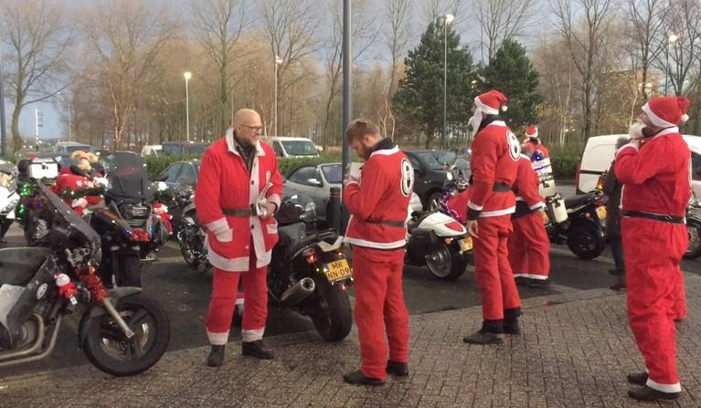 Noord-Hollandse motorrijders als kerstmannen op weg naar Prinses Maxima Centrum [video]