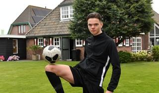 Waar zijn oud-teamgenoten van Ajax nu dromen van de Champions League, speelt Dook de Vries (17) komend seizoen in de tweede klasse bij De Kennemers. Hij gaat echter voor zijn tweede kans