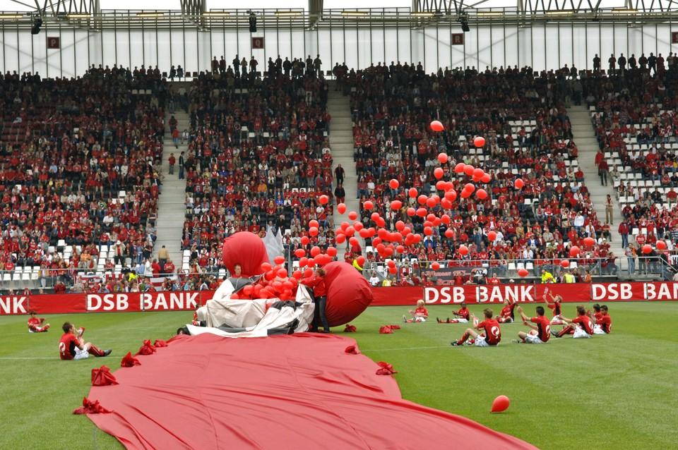 4 augustus 2006: ballonnen worden opgelaten bij de opening van het DSB Stadion.