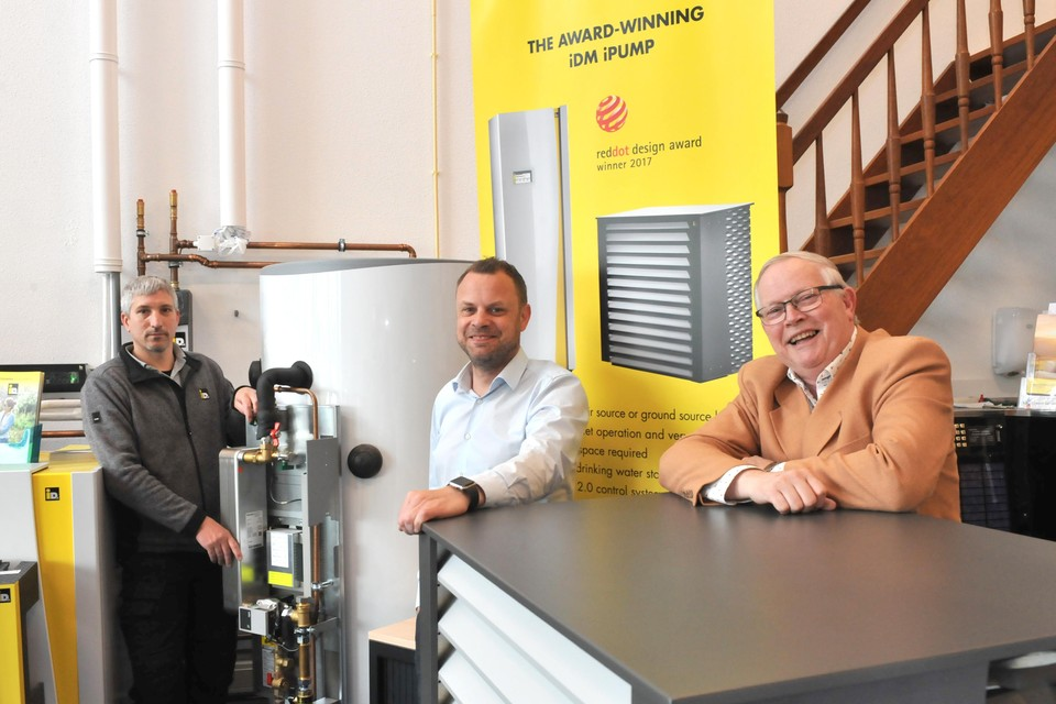 Vlnr: Erik Foekema, Mark en Jacques Knijnenburg temidden van warmtepompen.