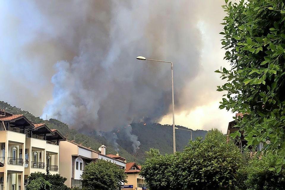 Brand in de bergen bij het Turkse Içmeler