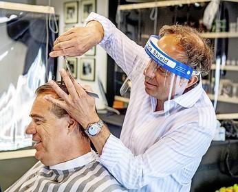 De ene kapper draagt handschoentjes en een mondkapje, de andere niet. Wat zijn nu de coronaregels bij de kapper?