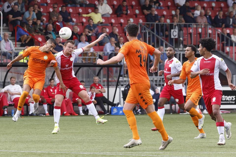 Pieter Langedijk gaat het kopduel aan met een ASWH-verdediger, Rydell Poepon en Steven Sanchez Angulo (r) kijken toe.
