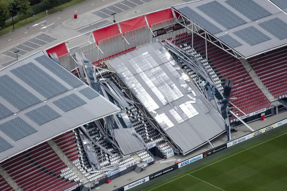 Een luchtfoto van de schade aan het dak van het Afas Stadion van AZ. Een gedeelte van het dak van het stadion is ingestort.