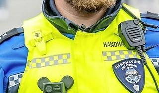 Raddraaiers zijn gewaarschuwd. Helderse handhavers gaan met een camera op hun uniform vastleggen wat er tijdens hun werk gebeurt