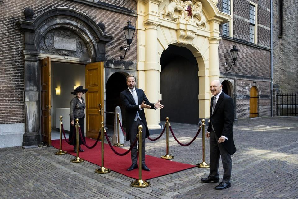Demissionair minister Hugo de Jonge van Volksgezondheid (CDA) en demissionair minister Tom de Bruijn van Buitenlandse Zaken (D66) op weg naar de Grote Kerk op Prinsjesdag.