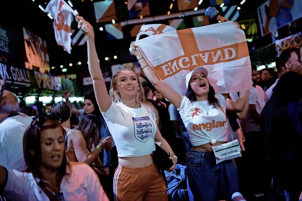 Engelse fans vieren het bereiken van de finale.