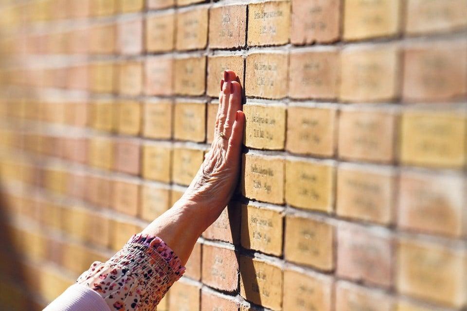 Het Holocaust Namenmonument in Amsterdam. ,,Met de warme kleurtoon van de wanden en het zicht op wisselende wolkenluchten wordt het verleden naar het heden gevoerd.''