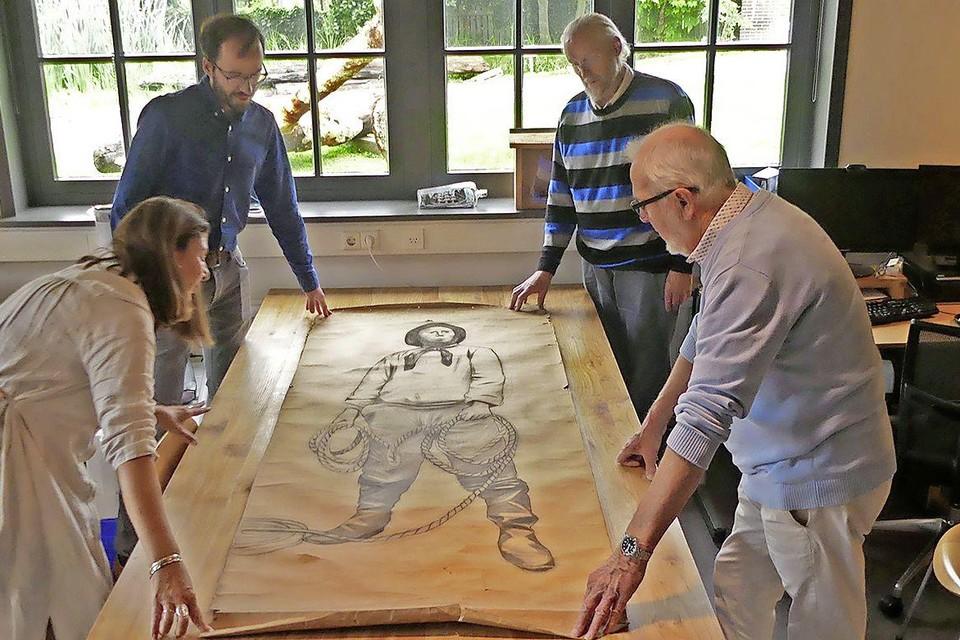 Mirjam Bakker, Alec Ewing, Hans Jonker en Hans Bakker ontvouwen de tekening.