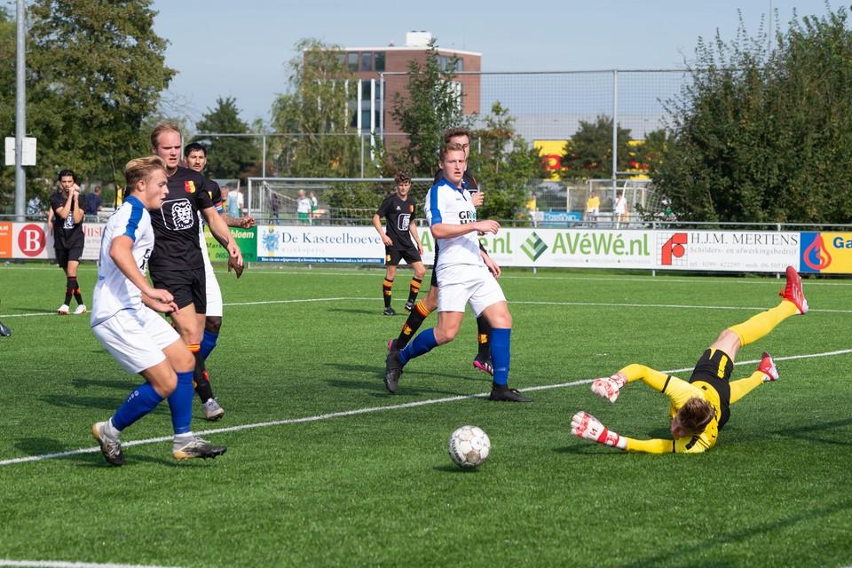 Rowan Meijer (links) komt net te laat om de door Be Quick-doelman Thom van Rotterdam weg getikte bal binnen te kunnen werken.