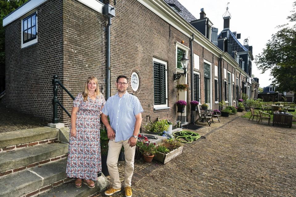 Jacques Hendriks en Ingrid Lieberton voor het gemeenlandshuis.