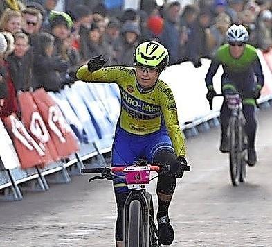 West-Friese winnares Tessa Neefjes durfde niet te juichen toen ze over de streep kwam tijdens Egmond-Pier-Egmond