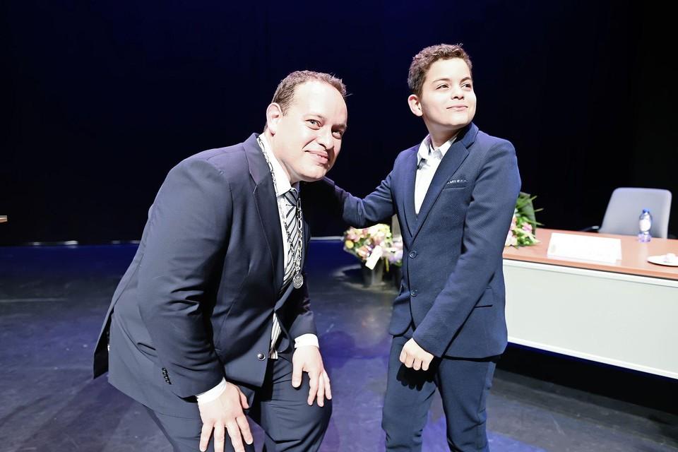 Zijn jongste zoon Max mocht de ambtsketen bij zijn vader omhangen.