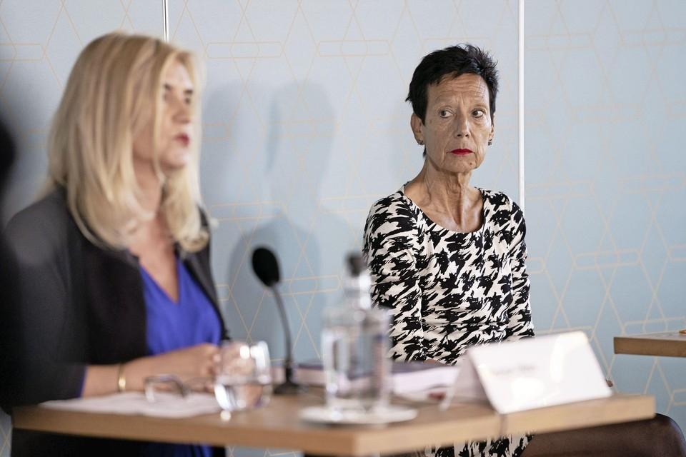 Bondsvoorzitter Monique Kempff luistert naar de toelichting van onderzoeker Marjan Olfers.