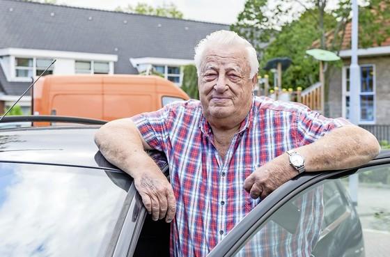 Jaap Bley (75), blij met eindelijk nieuwe rijbewijs