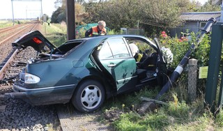 Trein schept auto in Hillegom. Slachtoffer zwaargewond in ziekenhuis. Treinverkeer weer hervat [video]