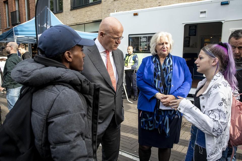 Elin Reutelingsperger in gesprek met de minister. Burgemeester Schuurmans luistert mee.